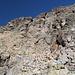 Im Aufstieg vom Refuge de l'Erco zum Monte Cinto - Rechts ist wieder einmal ein kleiner Wegweiser auszumachen. Von dort queren wir leicht aufwärts nach links und steigen dann weiter auf.