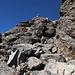Im Aufstieg vom Refuge de l'Erco zum Monte Cinto - Steil hinauf in Richtung Steinmännchen, wo wir bald eine kleine Schulter (ca. 2.600 m) erreichen.
