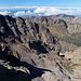 Monte Cinto - Ausblick am Gipfel. Unten ist der Wanderweg aus/in Richtung Haut Asco zu erahnen. Aktuell wird dieser auch als GR 20 genutzt.