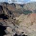 Monte Cinto - Tiefblick vom Gipfel, u. a. zum kleinen Bergsee Lac d'Argentu.