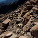 Unterwegs zwischen Monte Cinto und Pointe des Eboulis - Auch hier gibt's wieder rote Farbe, aber auch einige lose Steine.