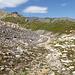 Lai la Scotga, noch immer versteckt. Der Aufstiegsgrat nach Piz Tuf ist hier aber schon im Bild.