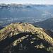 Den Grat entlang geht es hinunter zur Seilbahn an der Alpe Foppa
