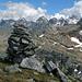 Auf dem Oberblatthorn (2756m), dahinter die prachtvollen Berge des Binntals, von links Schwarzhorn (3108m), Scherbadung (3211m, genau über dem Steinmann), Vorder Helse (3106m, mit dem Käppli), Helsenhorn (3272m)