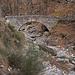 Schöne Steinbogenbrücke über den (trockenen) Ri da Riei