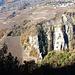 Felsstrukturen, links daneben Rebberge und tief unten fließt die Morge