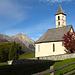 Kirche von Lü mit Piz Daint im Hintergrund.