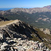 Punta Artica - Ausblick am Gipfel entlang der nordseitigen Abbrüche des Kamms und zur Paglia Orba.