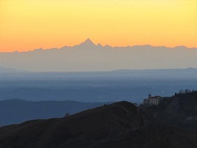 Un po' di zoom e il tramonto con il Monviso, il Sacro Monte e la croce del Chiusarella diviene tutta un'altra cosa.