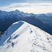 Blick vom höchsten Punkt zum Gipfelkreuz. Links ein Teil des Südgrates, über den ich absteigen werde.