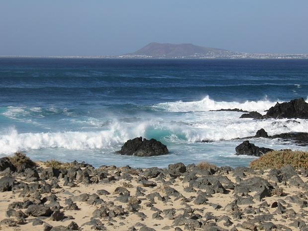 Lanzarote im Hintergrund