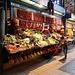 herrliche Marktstände - hier mit einer kunstvoll arrangierten Peperoni- und Gemüseauswahl ...