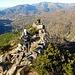 Lungo il sentiero per il Colle della Baiarda. Sullo sfondo la dorsale Monte Rexia, Bric del Dente ... oltre all'autostrada.