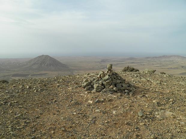 """Steinmann auf dem Morro Tabaiba, links Montana Tindaya, der """"magische Berg"""" der Esoteriker"""