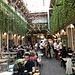 ... zum kleinen Restaurant Mazel Tov im Innenhof ...