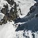 Colouir von oben. Im Abstieg habe ich den oberen Teil der Ketten freigelegt. Im Aufstieg hab ich diese nicht gesehen und bin hier links am Rand der felsen hinauf. Ein Pickel war eine wilkommene Hilfe. Steigeisen nicht unbedingt benötigt, da Pulverschnee