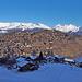 Vercorin liegt auf einem sonnigen Hügel, wo sich die Chalets drängen. Die am Nordhang gelegenen Häuser im Vordergrund haben im Winter praktisch keine Sonne.