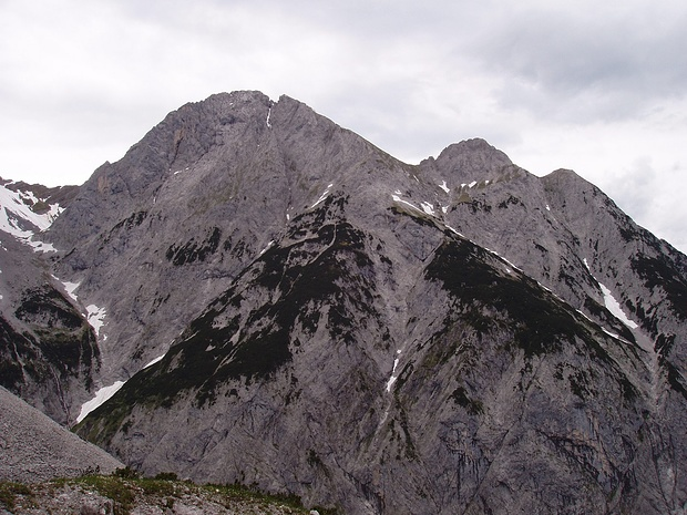 links der wuchtige Laliderer Falk, rechts Turmfalk und Totenfalk- allesamt anspruchsvolle Ziele