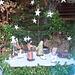 une petite crèche rapelle la période de Noël .