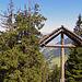 dieses Kreuz steht vor dieser Hütte
