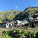 """Ankunft auf der Alpe di Cagnói, der dritten Alp? So oder so scheint sie ein Paradies für die """"sorelle nere"""" bzw. Nere Verzasca zu sein...darüber die S-Flanke mit P. 2382"""