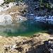 Abstieg zum Seehornsee, der rechte Teil des Sees ist noch immer mit Eis bezogen