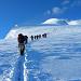 Menschenmassen bewegen sich zum Gipfel.