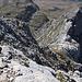 """Bobotov kuk - Blick auf die """"Schlüsselstelle"""", die kurz unterhalb des Gipfels durch steilen, aber halbwegs gut gestuften Fels führt. Einige ab- wie auch aufsteigende Berggänger sind zu erahnen (links bzw. unten rechts)."""