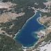 """Bobotov kuk - Blick hinunter zu den Bergseen Škrčka jezera. Während der """"kleine"""" Malo Škrčko jezero momentan ausgetrocknet ist, leuchtet der """"große"""" Veliko Škrčko jezero blau."""