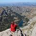 Bobotov kuk - Ausblick am Gipfel, u. a. hinunter zu den Bergseen Škrčka jezera. Im Hintergrund sind die Massive Bioč, Maglić und Volujak zu erkennen, an der Grenze zu Bosnien-Herzegowina. Die markierten Gipfel haben wir bei früheren Touren besucht.