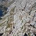 """Im Abstieg vom Bobotov kuk - Blick auf die """"Schlüsselstelle"""", die ein Stück durch steilen Fels führt."""