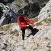 """Im Abstieg vom Bobotov kuk - Aktuell ist die """"Schlüsselstelle"""" kurz unterhalb des Gipfels mit ummantelten Drahtseil gesichert. Wir testen hier gerade Verankerung ;-). Wir man erkennt, liegt auch ein bisschen Brösel herum. Etwas Vorsicht ist also angebracht, zumal der Gipfel viel Besuch erhält."""