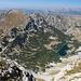 Im Abstieg vom Bobotov kuk - Nochmaliger Blick über die Bergseen Škrčka jezera und zum Prutaš. Hinten sind die Massive Maglić, Volujak und Bioč (mit dem Veliki Vitao), zu erahnen, an der Grenze zu Bosnien-Herzegowina.