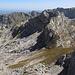 Lučin vrh - Ausblick am Gipfel in etwa östliche Richtung. Hinten ist der Savin kuk zu erkennen. Davor dürften Međed, Terzin bogaz und Minin bogaz zu sehen sein.
