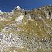 """Im Abstieg zwischen Zeleni vir und Dobri do - Blick über Flanken mit markanten Strukturen. Oben lugt ein """"Zahn"""" der Zupci heraus."""
