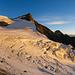 Hohbalmgletscher und Ulrichshorn vom Anseilplatz aus (Panoramaaufnahme). Die ersten Sonnenstrahlen erreichen gerade den Gletscher.