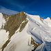 Gipfelausblick vom Ulrichshorn: Lenzspitze bis Hohberghorn. Die nächsten Mitglieder unserer Gruppe kommen dem Gipfel entgegen. Gut zu sehen ist auch der Windkolk beim Windjoch.