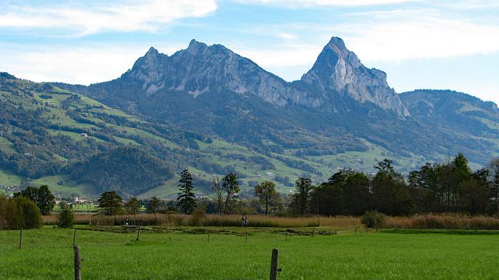 Ein Bild, das Gras, Berg, draußen, weiden enthält.  Automatisch generierte Beschreibung