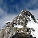 Die Hollandiahütte thront oben auf dem Felsen.