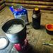 Dies war der erste windstille Biwakspot, also heizte ich die Hütte mit einer ganzen Gaskartusche. Da über den Tag jede Menge Neuschnee fiel, konnte ich sehr sauberen Pulverschnee schmelzen.