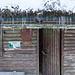 Die schöne Schutzhütte, leider ist die Tür verzogen und lässt sich nicht vollständig schließen. Wer hier im Winter übernachten möchte, sollte ein Tarp dabei haben, um die Tür abzudichten.