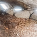 Das innere der Girgelhöhle. Ein gewisser Girgel soll sich nach dem Mord an einen Nebenbuhler über Jahre hier versteckt gehalten haben. Vermutlich ging er doch ab und an nach Hause. In der Nähe finden sich zwar Quellen, aber die Höhle selbst ist im Winter ziemlich feucht.