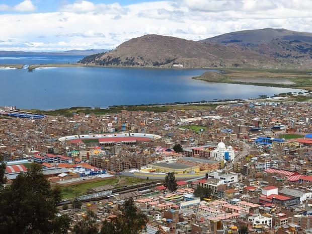 Aussicht über Puno und den Titicaca-See. Der See ist 15-mal so gross wie der Bodensee und der Wasserspiegel liegt auf 3800m!