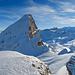 Fulen vom Übergang zur Rossstocklücke aus. Im Vordergrund ist das Ketteli sichtbar. Die Rinne ist gut mit Schnee gefüllt.