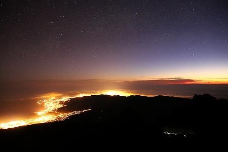 Das Lichtermeer unzähliger Lampen strahlt den Küsten entlang des Nordwestzipfels (Anaga) von Teneriffa.