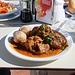 """Das verspätete Mittagessen nach der kleinen Bergtour:   Im Restaurant """"Bambi"""" in der Touristensiedlung Las Cañadas del Teide gönnte ich mir eine Spezialität Teneriffas: In Lorbeer geschmortes Kaninchen mit Salzkrustenkartoffeln."""