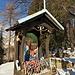 Una bella edicola con una Madonna in maiolica.