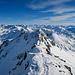Aussicht vom Gipfel in Richtung Osten, wo der Pizzo Centrale einen schönen Grat bildet
