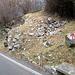 Inizio delle segnalazioni ma questo sentiero termina dopo 20m contro una recinzione. Proseguendo la strada verso Schignano, all'interno di un cancello, si vede....