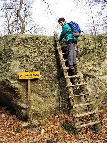 All'Avello delle Piazze, scavato alla sommità di un grande masso erratico, si accede tramite una rustica scala.